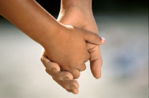 children_holding_hands02